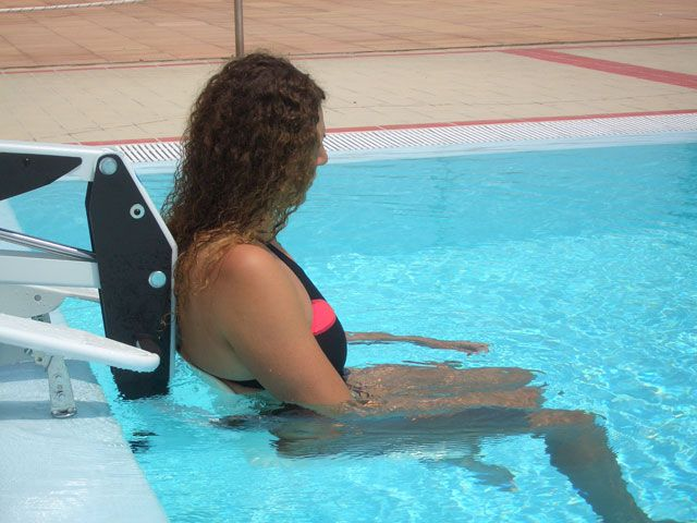 Mobile poolside lift for use at swimming pools for Can you get hiv from a swimming pool